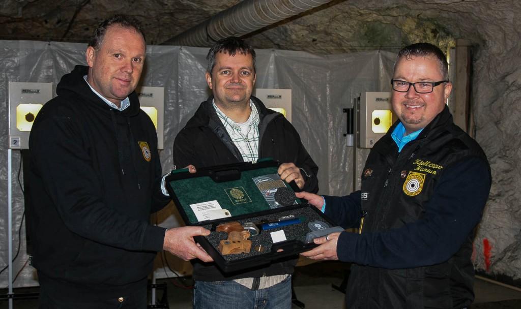 fv. Kjell Erik Olaisen, Johannes Eilerås og leder i HPK Kjell Olav Nuntun som overrekker en av de nye pistolene